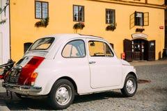 Vue du stationnement blanc de voiture de Fiat Nuova 500 de couleur de vieux rétro vintage Image libre de droits