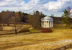 Vue du temple d'amitié au parc de Pavlovsk Images libres de droits