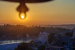 Vue du temple sous la cloche énorme sur le pont de rivière Ganga et de Lakshman Jhula au coucher du soleil Rishikesh Images libres de droits