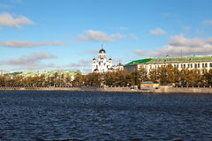 Vue du Temple-sur-sang du bord de mer de l'étang supérieur Iekaterinbourg d'Iset Russie photos libres de droits