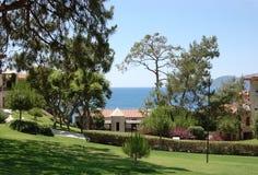 Vue du territoire vert, des pins et de la mer bleue dans l'hôtel Photo libre de droits