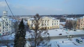 Vue du toit de la ville couverte de neige sibérienne sur la vieille maison de la culture photographie stock libre de droits