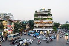 Vue du trafic occupé dans une intersection avec beaucoup de motocyclettes et de véhicules à Hanoï, capitale du Vietnam Images stock