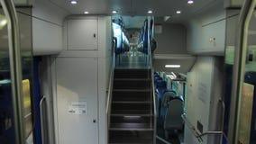 Vue du train de voyageurs interne de Vivalto banque de vidéos