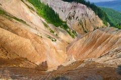 Vue du trou de Ruginoasa (Groapa Ruginoasa en Roumain, montagnes d'Apuseni, Roumanie) photo libre de droits