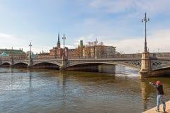 Vue du vieux pont en ville et en Vasa pendant le matin Stockholm sweden image stock
