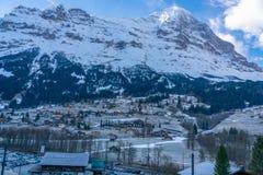 Vue du village célèbre de Lauterbrunnen dans la vallée d'Al Images libres de droits