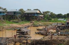 Vue du village de flottement de Kompong Pluk images libres de droits