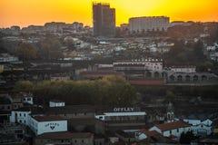 Vue du vin de cave le plus célèbre de Porto images libres de droits