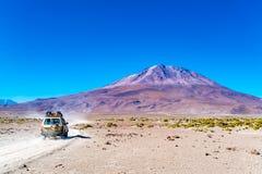 Vue du volcan dormant Tunupa au bord de l'appartement de sel d'Uyuni en Bolivie image stock