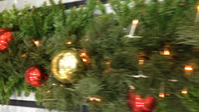 Vue dynamique sur une décoration de Noël banque de vidéos