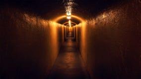Vue en bas d'un couloir mystérieux Photo stock