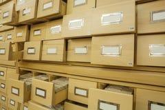 Vue en bois de plan rapproché de catalogue sur fiches de bibliothèque images libres de droits