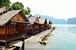 Vue en Chiew Larn Lake, Khao Sok National Park, Thaïlande Photographie stock libre de droits