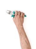 Vue en gros plan d'un man& x27 ; main de s jugeant des pinces d'isolement sur le fond blanc Photos stock