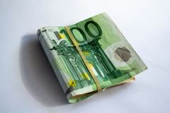 Vue en gros plan d'un paquet de pli? 100 billets de banque d'euro image libre de droits
