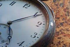 Vue en gros plan d'une montre de poche argentée image libre de droits