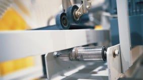 Vue en gros plan de barre dans la machine de rabotage industrielle action Production d'une barre collée images libres de droits