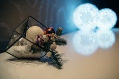 vue en gros plan de belles décorations de Noël et de boules brillantes dans l'hôtel Image stock