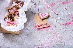 Vue en gros plan de boîte avec les biscuits doux de valentines avec l'étiquette d'amour Photo stock