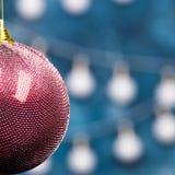 Vue en gros plan de boule rouge de Noël Images stock