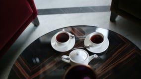 Vue en gros plan de composition d'ensemble de café s'étendant sur la table dans le restaurant banque de vidéos