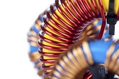 Vue en gros plan de détail de trois bobines d'obstruction toroïdales industrielles Image libre de droits