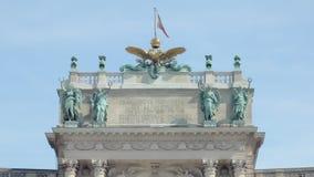 Vue en gros plan de dessus du vieux bâtiment autrichien de gouvernement avec la décoration banque de vidéos
