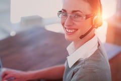 Vue en gros plan de femme d'affaires heureuse avec le casque Image libre de droits