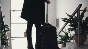 Vue en gros plan de jeune femme d'affaires avec la valise La fille de voyageur vient en bas sur l'échelle avec des bagages Photographie stock