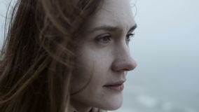 Vue en gros plan de jeune femme réfléchie, semblant triste La femelle attirante songeuse en brouillard, cheveux ondule sur le ven clips vidéos