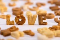 Vue en gros plan de l'amour de mot et de l'alphabet sain de céréale de petit déjeuner Image stock