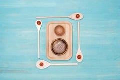 Vue en gros plan de l'ensemble de diverses batteries de cuisine en bois Image libre de droits