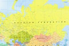 Vue en gros plan de la carte de la Fédération de Russie et de ses pays voisins images libres de droits