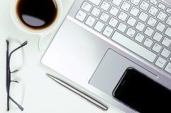 Vue en gros plan de la vie immobile avec l'ordinateur portable et le smartphone, stylo et Photographie stock