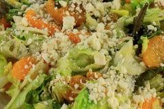 Vue en gros plan de laitue de salade, mandarines, feta Images stock