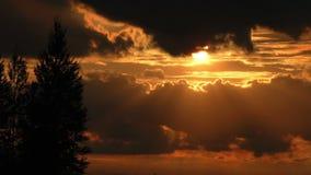 Vue en gros plan de laps de temps de coucher du soleil de coucher de soleil banque de vidéos