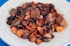 Vue en gros plan de pot-pourri dans le plat en bois avec le fond bleu image stock