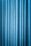 Rideau bleu dans les plis. Fond texturisé. Images stock