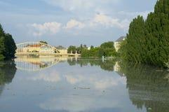 Vue en gros plan de ville inondée de Gyor au coucher du soleil Photographie stock libre de droits