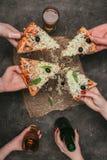 Vue en gros plan des amis partageant la pizza et la boisson Image stock