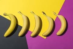 vue en gros plan des bananes mûres fraîches sur coloré Photos libres de droits