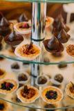 Vue en gros plan des bonbons au chocolat sur le support de dessert de mariage Images stock