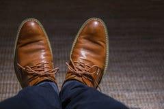 Vue en gros plan des chaussures en cuir de hippie de l'homme, vintage de filtre Photos stock