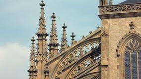 Vue en gros plan des détails de la décoration de façade de la cathédrale gothique banque de vidéos
