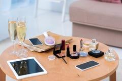 vue en gros plan des dispositifs numériques, des verres de champagne et des cosmétiques photo stock