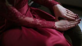 Vue en gros plan des mains avec l'anneau de la femme mariée en rouge Elle frotte ses mains et l'anneau clips vidéos