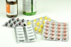 Vue en gros plan des pilules colorées de différentes drogues Images libres de droits