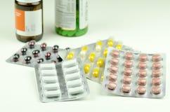 Vue en gros plan des pilules colorées de différentes drogues Image stock
