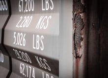 Vue en gros plan des poids imprimés vus sur la porte d'un récipient d'expédition dans le dock Photographie stock libre de droits